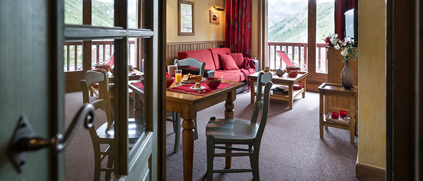 france_espace-killy-ski-area_tignes_village-montana-apartments_dining_living.jpg